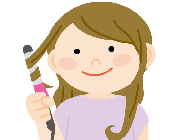 ヘアアイロンで髪を巻く女性